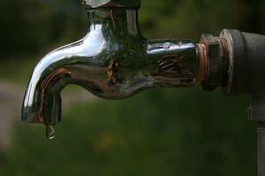 Woda w kranie zawiera zanieczyszczenia z sieci wodociągowej